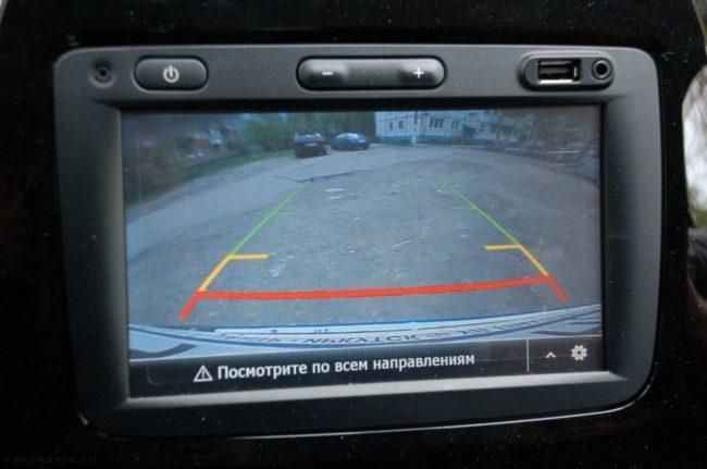 Обзор с камеры заднего вида на мониторе в Рено Каптур 2019 года выпуска