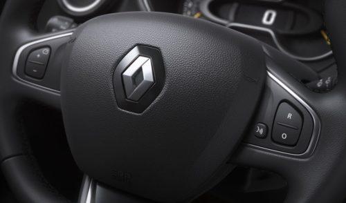 Кнопки управления на рулевом колесе автомобиля Рено Каптур 2019 модельного года