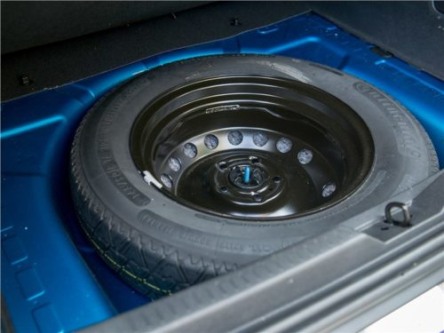 Запасное колесо в нише багажника Рено Каптур 2019 года в полноприводной комплектации
