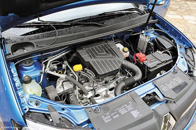 Бензиновый двигатель в моторном отсеке Рено Логан нового кузова в базовой версии