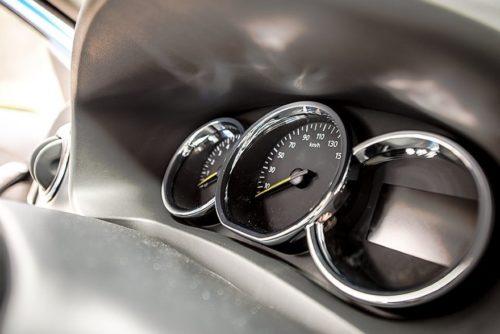 Хромированные ободки на кольцах стрелочных индикаторов панели приборов в Рено Логан 2019 года
