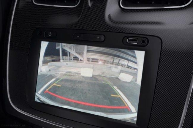 Дисплей на передней консоли в режиме камеры заднего вида в Рено Логан 2019 года