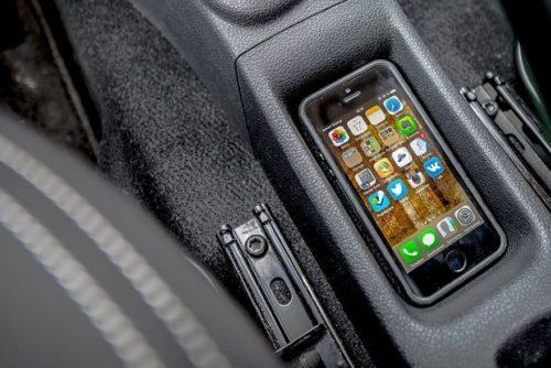 Смартфон водителя в нише центрального тоннеля в седане Рено Логан 2019 года
