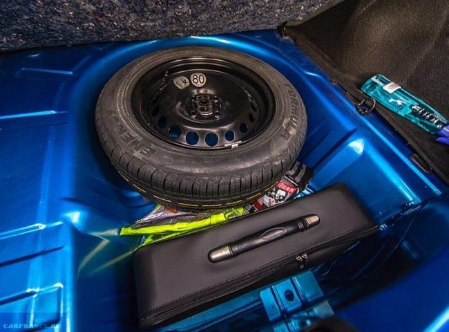 Полноразмерное запасное колесо в отсеке багажного отделения Рено Логан в современном кузове