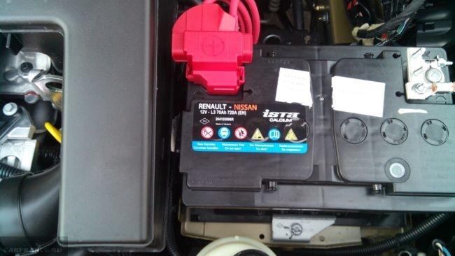 Аккумулятор в моторном отсеке новой модели Рено Сандеро Степвей 70А концерна Ниссан-Рено