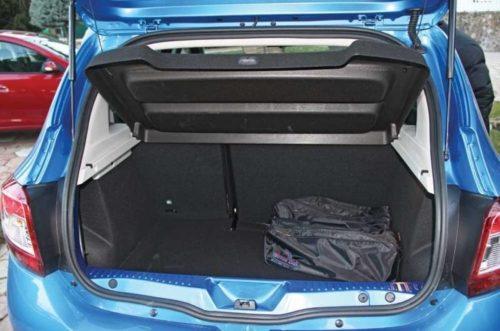 Поднятая крышка в багажном отделении автомобиля Рено Сандеро Степвей 2019 модельного года