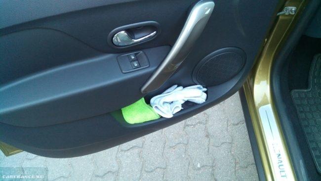 Полотенце и перчатки в кармане водительской двери Рено Сандеро Степвей 2019 модельного года