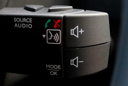 Кнопки управления аудиосистемой под рулем автомобиля Рено Сандеро Степвей 2019 года