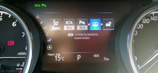 Монитор на панели приборов в салоне седана Тойота Камри нового кузова