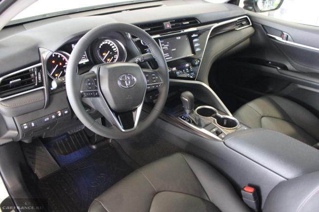 Рулевое колесо и органы управления автомобилем Тойота Камри 2019 модельного года