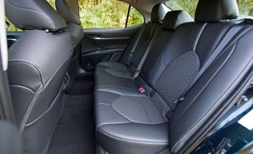Задний ряд сидений для пассажиров в салоне Тойота Камри 2019 модельного года