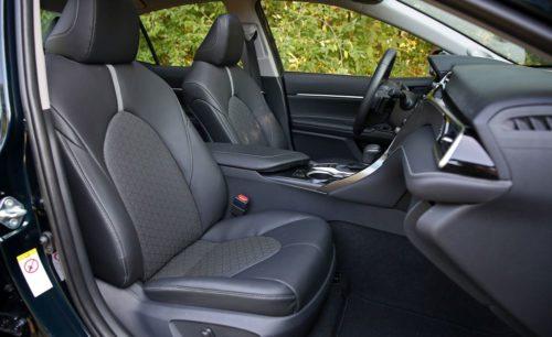 Водительское и пассажирское сидение внутри Тойота Камри 2019 года