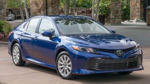 Новый передний бампер на седане Тойота Камри 2019 года синего цвета