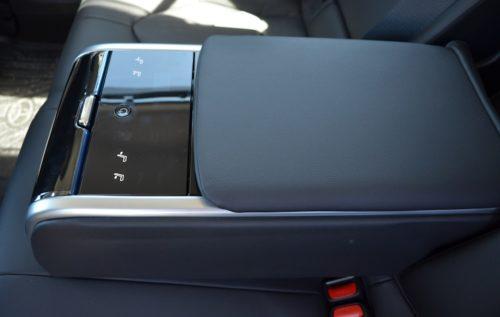 Мягкая поверхность откидного подлокотника на заднем ряду сидения в Тойота Камри 2019 года