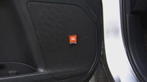 Защитная сетка на дверной колонке аудиосистемы в новом Тойота Хайлендер 2019 года