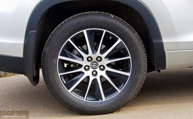Литой диск заднего колеса автомобиля Тойота Хайлендер