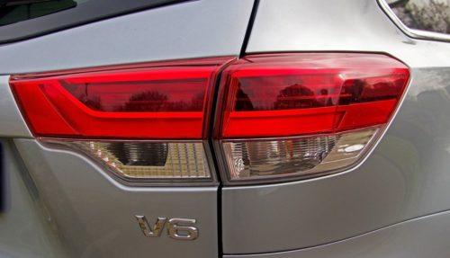 Фонарь стоп-сигнала и заднего хода на кузове нового Тойота Хайлендер 2019 модельного года