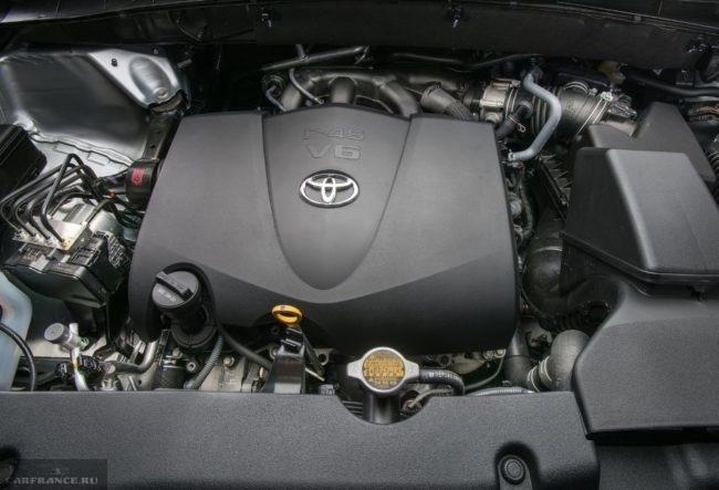 Бензиновый двигатель под открытым капотом в Тойота Хайлендер