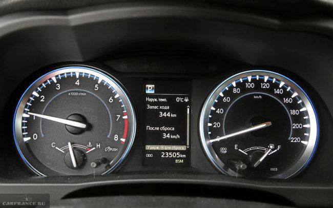 Стрелочные указатели и дисплей бортового компьютера на панели приборов в Тойота Хайлендер 2019 года