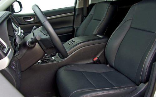 Удобный подлокотник между передними сидениями в салоне Тойота Хайлендер 2019 года