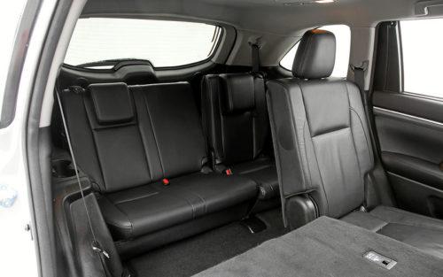 Пассажирские сидения последнего ряда внутри Тойота Хайлендер 2019 года выпуска