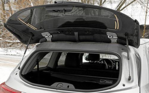 Откидное стекло на двери багажника в Тойота Хайлендер 2019 года выпуска