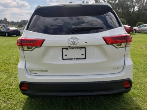 Вид сзади обновленного Тойота Хайлендер 2019 модельного года в белом кузове