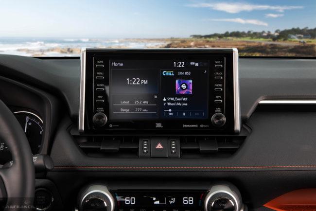 Центральный дисплей на передней консоли внедорожника Тойота РАВ 4 2019 модельного года