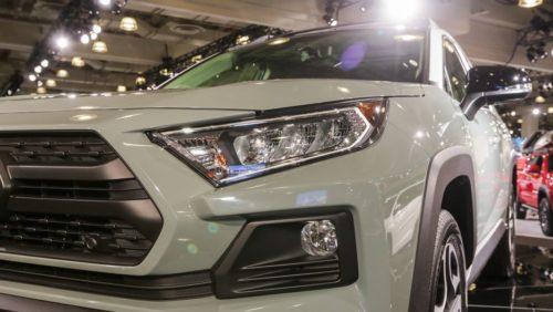 Заостренная фара головного света спереди автомобиля Тойота РАВ 4 2019 модельного года