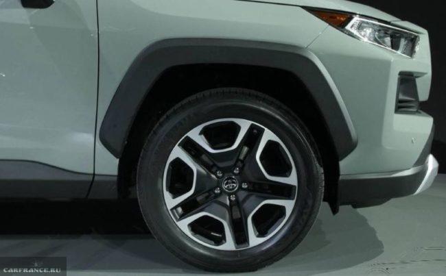 Переднее колесо на литом диске 18-го радиуса японского автомобиля Тойота РАВ 4