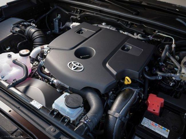 Бензиновый двигатель в моторном отсеке Тойота РАВ 4 2019 модельного года
