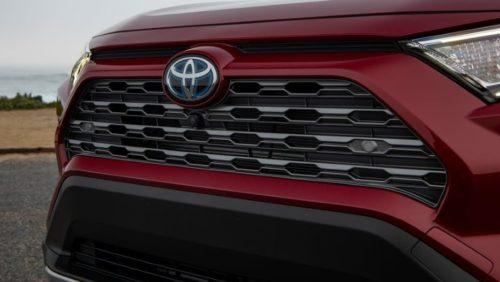 Шестиугольная решетка радиатора на внедорожном автомобиле Тойота РАВ 4 2019 года