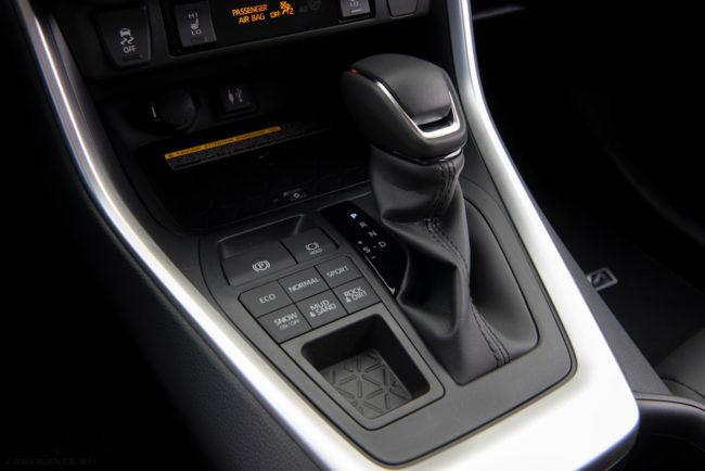 Селектор передач и клавиши переключения режимов в салоне новой Тойота РАВ 4 в новом кузове
