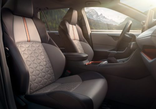 Удобный подлокотник между передними сидениями в салоне Тойота РАВ 4 2019 года