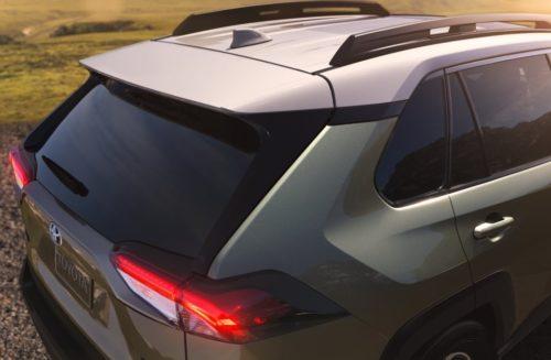 Узкие задние фонари тонированное стекло багажника на новом Тойота РАВ 4 2019 года
