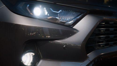 Включенные передние фары японского внедорожника Тойота РАВ 4 2019 года производства