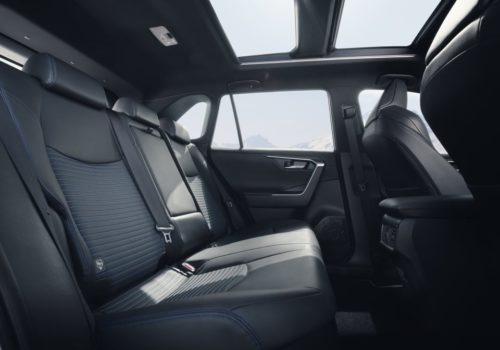 Пассажирские сидения заднего ряда в салоне Тойота РАВ 4 2019 года