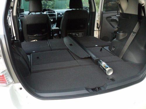 Багажное отделение в семейном автомобиле Тойота Версо 2019 года при сложенных задних сидениях