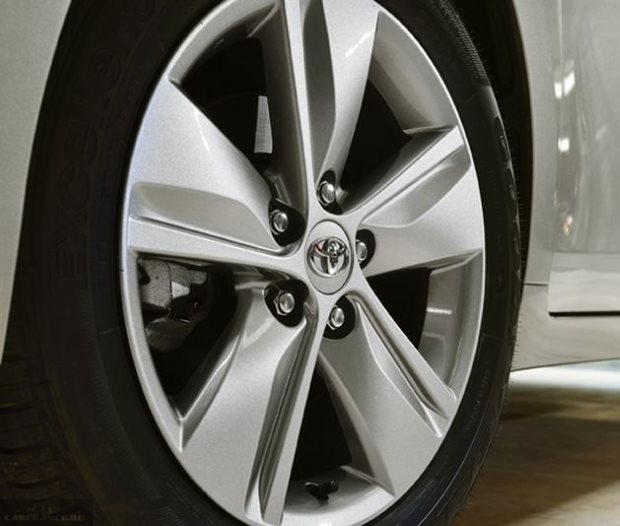 16-дюймовый диск литого типа на колесе автомобиля Тойота Версо