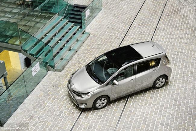 Вид сверху на панорамную крышу автомобиля Тойота Версо