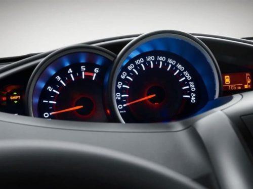 Стрелочные указатели скорости и оборотов двигателя на приборке минивэна Тойота Версо 2019 года