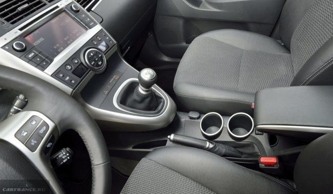 Рычаг механической коробки передач на центральной консоли в Тойота Версо 2019 года