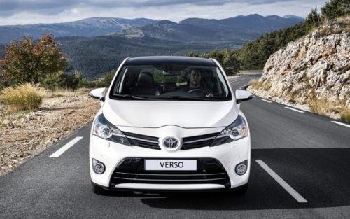 Белый бампер с большим воздухозаборником на минивэне Тойота Версо 2019 модельного года