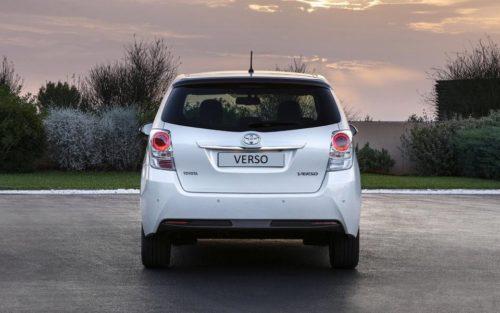 Фото задней части обновленного Тойота Версо 2019 года в белом кузове