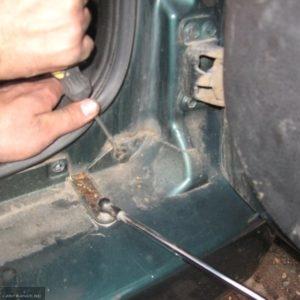 Снятие клипсы крепления верхнего угла заднего бампера в Сузуки Гранд Витара