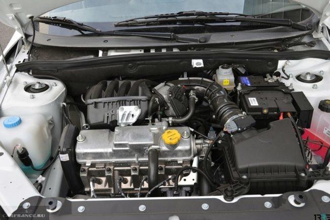 8-клапанный мотор в подкапотном пространстве автомобиля Лада Гранта спорт 2019 года