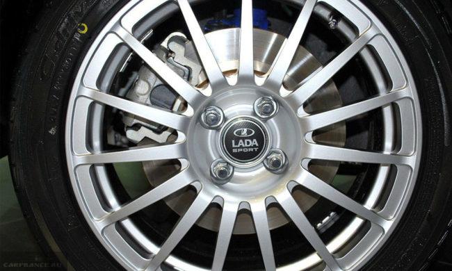 Литой диск на переднем колесе обновленной Лада Гранта спорт 2019 модельного года