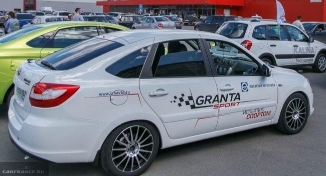 Белый автомобиль Лада Гранта спорт 2019 модельного года в кузове лифтбек