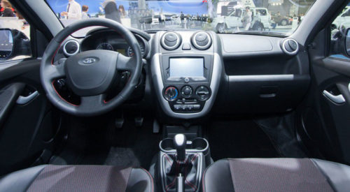 Передняя консоль внутри салона автомобиля Лада Гранта спорт 2019 года