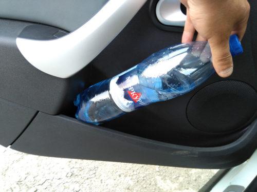 Маленький карман на передней двери автомобиля Лада Ларгус кросс 2019 модельного года